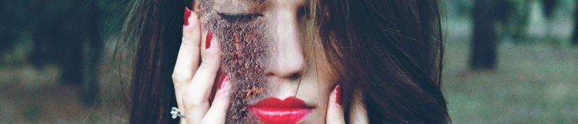 foto van een vrouw met half verroest gezicht